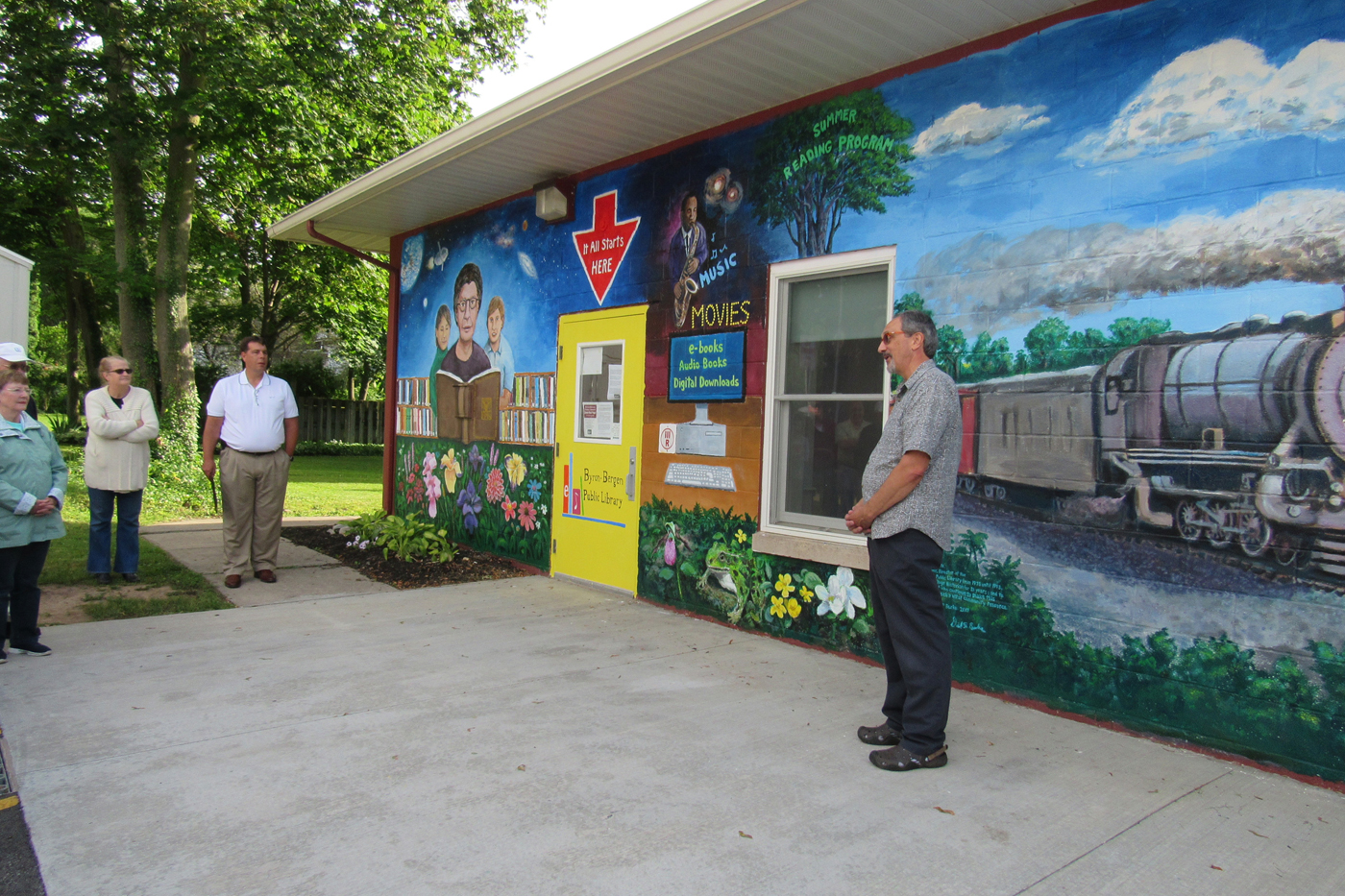 Bergen artist David Burke dedicates the mural he painted on the rear exterior wall of the Byron-Bergen Public Library in the Village of Bergen. K. Gabalski photo