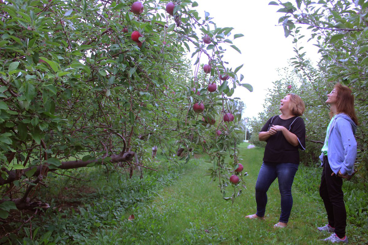 Linda Williams and Mary Dellapenna at Roanoke Apple Farm. Photo by Gretchen Spittler